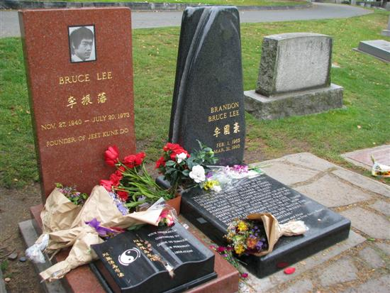 Bruce-Lee-Grave-Top-Tenz